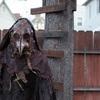 """実話を元にした恐怖の物語『THE WATCHER』、迫り来る""""ペスト医師""""的カラス男の正体とは?"""