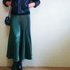 トレンドキーワード18「プリーツスカート」グリーンとブラックのコーデ