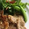 豚肉のおろし玉ねぎソテーとケールと桜海老のサラダ〜子供達が日本の学校で楽しみな事