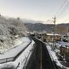 3季ぶり全面結氷の諏訪湖と雪景色の諏訪市街を走る
