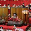 七尾市の道の駅「能登食祭市場」の雛人形も今年はマスクをしていた