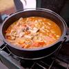 キャンプ飯 冬キャンプならモツ煮込みでしょ!イタリア風にトマト煮込みもあり。
