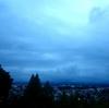 山が青くうねり