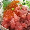 小田原 魚市場食堂で、マグロの剥き身丼定食をいただく。