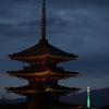 緑の京都タワーと八坂の塔