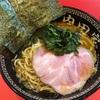 豚骨ラーメンのメッカである博多中洲地区で食べる横浜家系。本場の豚骨スープを使用しているのでそりゃあ旨い。【内田家(福岡・春吉)】