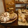 白樺と砂利道の先に小さなパン屋。ポトリベーカリー