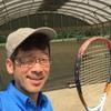 今日は暑い午後、昔取った杵柄のせいでテニスをやることになっちゃった。