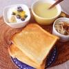 トースト、もやしサラダ、バナナブルーベリーヨーグルト、コーンスープ。