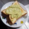 食パンにアボカド塗って食う