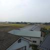 太陽光パネルのある屋根に、アンテナを立てます。