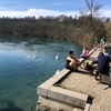 2月に川に飛び込むスイス人