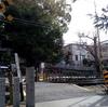 境内に踏切!澤田八幡神社を横切るように電車が通る光景【大阪府藤井寺市沢田】