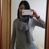セーターと同色の毛糸マフラーでオフタートルに