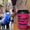 ビル群の路地裏にある隠れコーヒーショップ