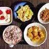 じゃがいもとひき肉の炒め煮、キャベツとツナの胡麻和え、小粒納豆、いちごバナナヨーグルト。