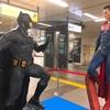 秋葉原の改札階にバットマンとスーパーマン現る✨