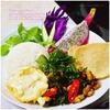 鶏ムネ肉のガパオ炒め|ジャスミンライスと素揚げ卵、ドラゴンフルーツ添え