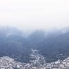 梅雨の雲に煙る生駒山
